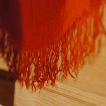 Detailaufnahme von einem bunten Tuch im Bauwagen.