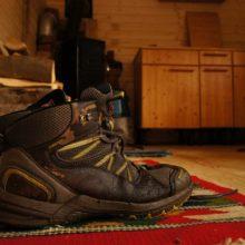 Schuhe auf einem Teppich im Bauwagen.