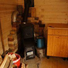 Küche und Holzofen im Bauwagen