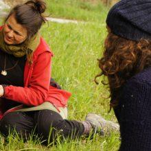 Zwei Frauen im Gras sitzend