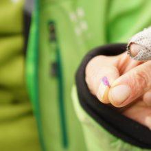 Detail von einer Taubnesselblüte zwischen den Fingern