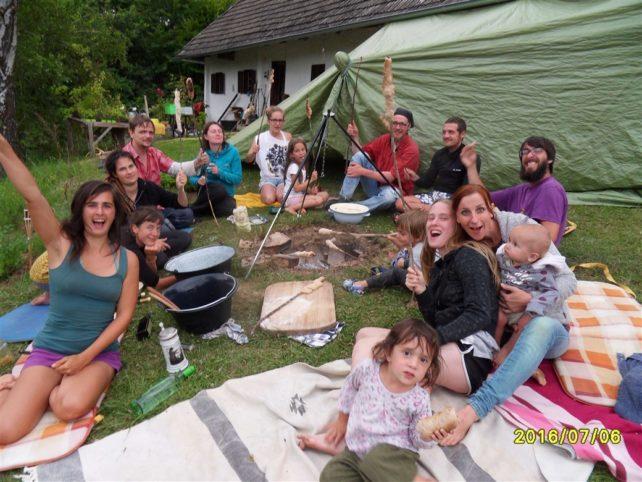 Foto von jubelnden Menschen am Lagerfeuer mit Stockbrot - jede Veranstaltung braucht gutes Essen