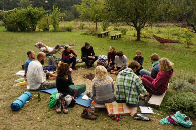 Gruppe am Lagerfeuer am Herbstcamp beim Experiment Selbstversorgung