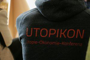 Foto des UTOPIKON Logos auf dem Rücken eines Pullovers