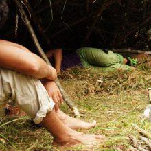 Mann sitzt in Lean To Shelter.