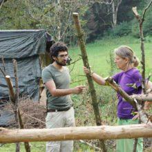 Mann und Frau diskutieren beim Shelterbau.