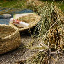 Körbe aus Gras genäht