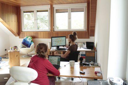 Zu sehen ist der Co-Wupping-Space mit Tobi und Pia an ihren Schreibtischen