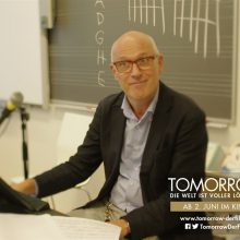 Szene aus dem Film Tomorrow: Finnischer Lehrer vor seiner Tafel
