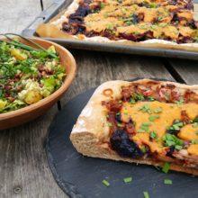 Foto von Kohl-Zwiebel-Kuchen und Salat mit Kartoffeln