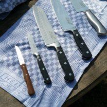 Foto von folgenden Messern von HEISO 1870: Classic Serie: Chefmesser, Santoku Messer, Gemüsemesser; aus der Metal Serie: Santoku Messer; Zöppken