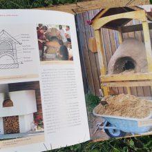 Foto eines Buches: Seiten mit Foto von einem Brotbackofen