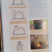 Foto eines Buches: Seiten mit Skizzen übers Holzbackofen selber bauen