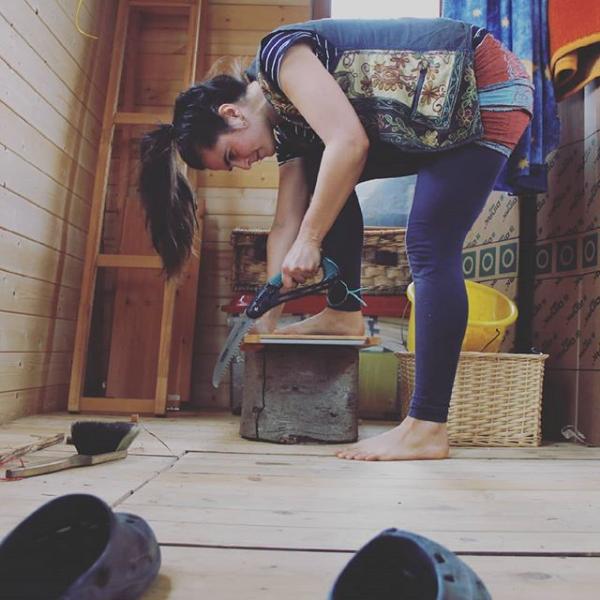 Frau sägt Holzbrett