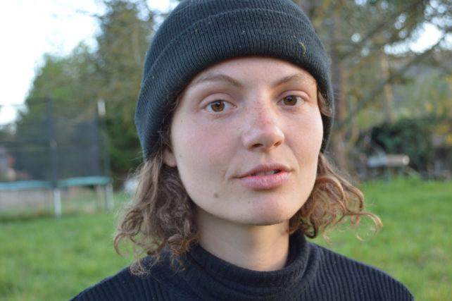 Portrait der Klimagerechtigkeitsaktivistin Indigo aus dem Video Unboxing Capitalism