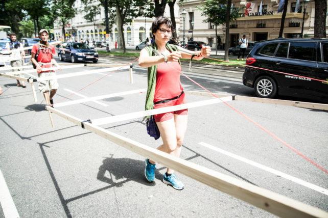 Foto einer Gehzeug-Parade für eine klimafreundlichere Zukunft