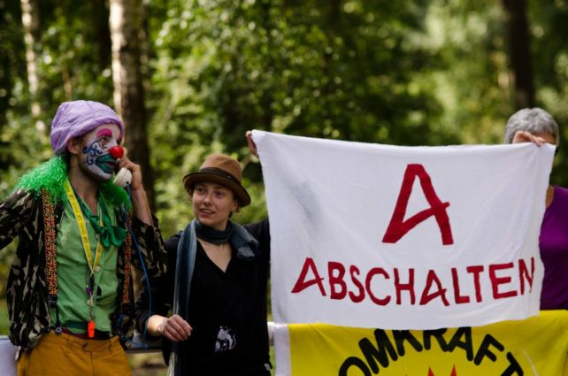 Die Umweltaktivistin Hanna Poddig (2.v.l) im Jahr 2013 bei einer Blockade der Areva-Brennelementefabrik in Lingen