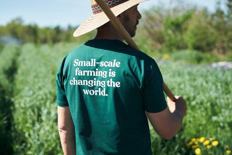 Jean-Martin Fortier von hinten fotografiert mit dem Spruch Small-scale farming is changing the world. am T-Shirt