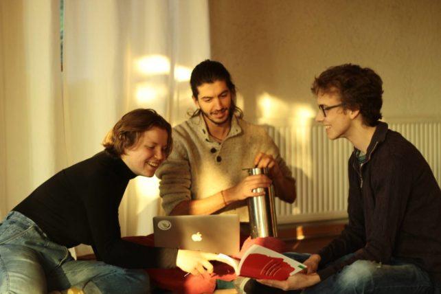 Drei Studierende der Studien-Initiative Selbstbestimmt Studieren beim Lernen und Diskutieren.
