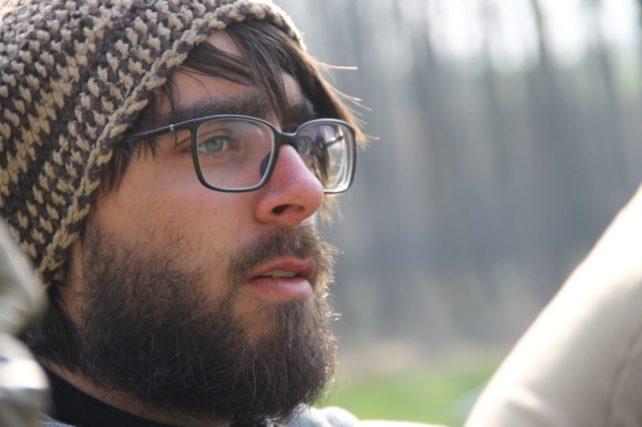 """Foto von Matthias Gruber, Obmann der Foodcoop """"Pinkataler Lebensmittel Einkaufsgemeinschaft"""", er trägt Mütze, Brille und Bart"""