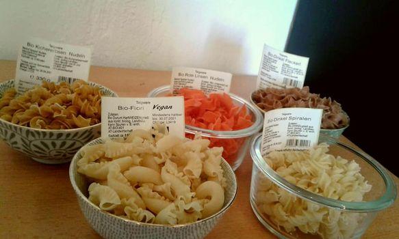 Verschiedene bunte und regionale Nudelsorten in Gläsern arrangiert
