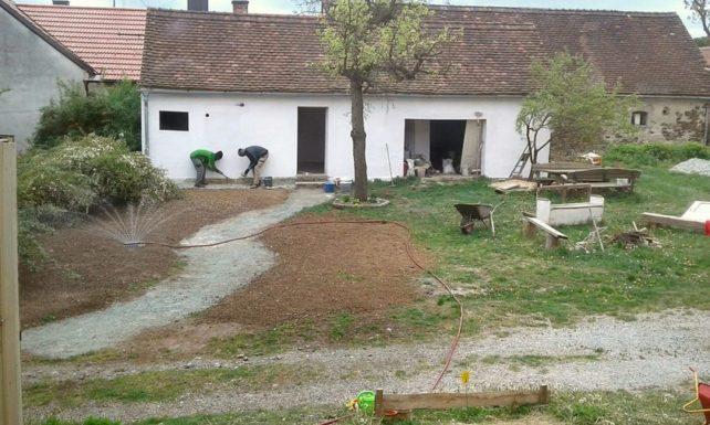 Menschen renovieren gemeinsam ein kleines altes Gebäude, das das Foodcoop-Lager wird