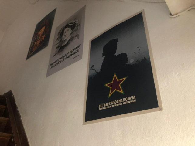 Plakate im K20-Projekthaus mit politischen Slogans